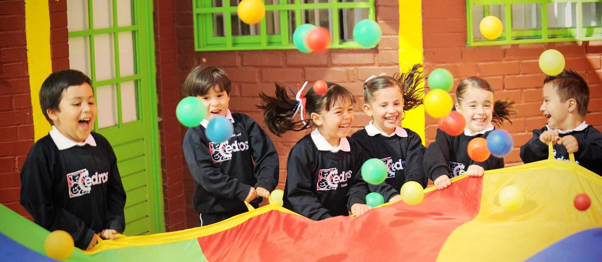 Niños jugando en el Kinder Cedros.
