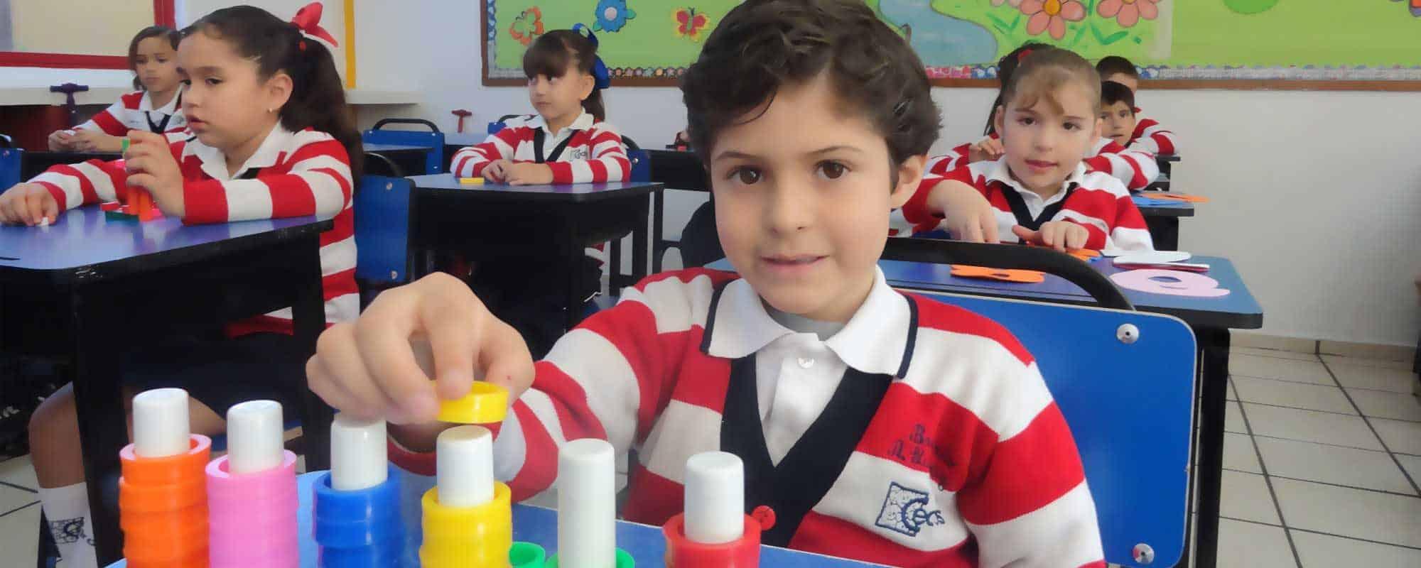 Slider que representa a un niño feliz de estudiar en Cedros College.