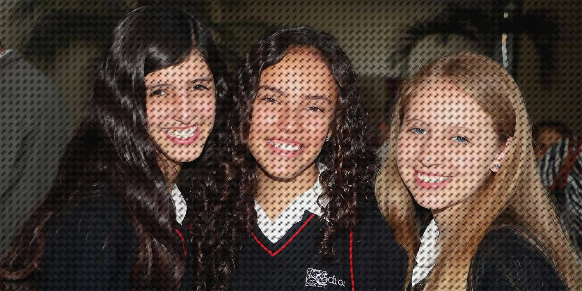Tres estudiantes de colegio cedros posando para una foto